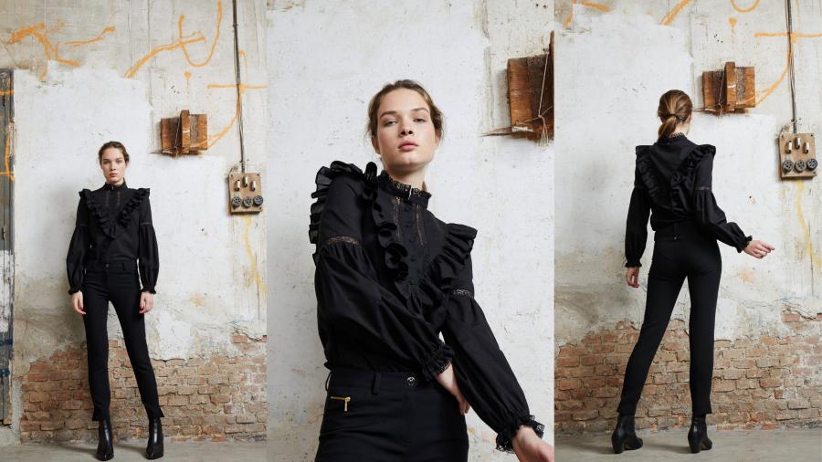 Blusa negra con volantes y puntillas de la firma &MEUNLIMITED
