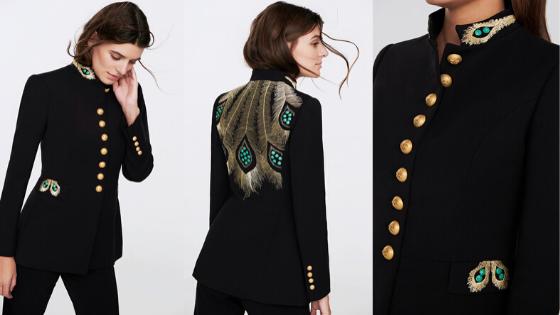Casaca bordada con diseño que recuerda al plumaje del pavo real de la firma The Extreme Collection